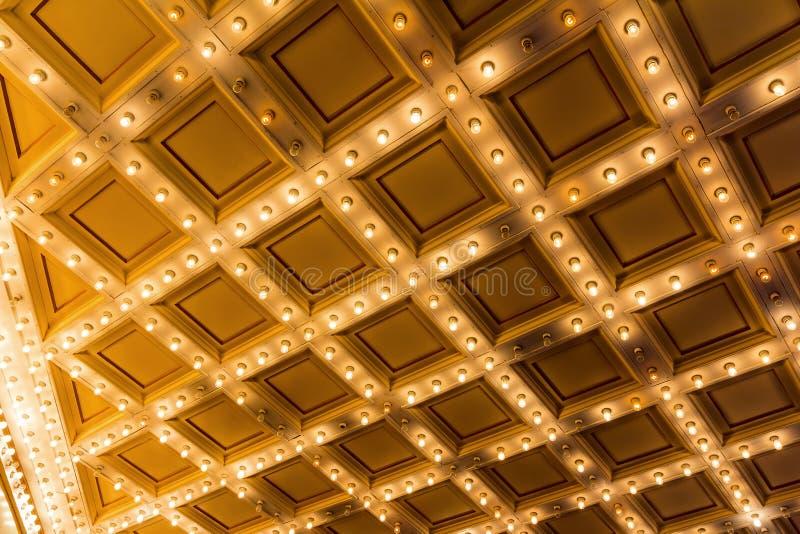 Luzes do famoso no teto retro do art deco do teatro fotografia de stock royalty free