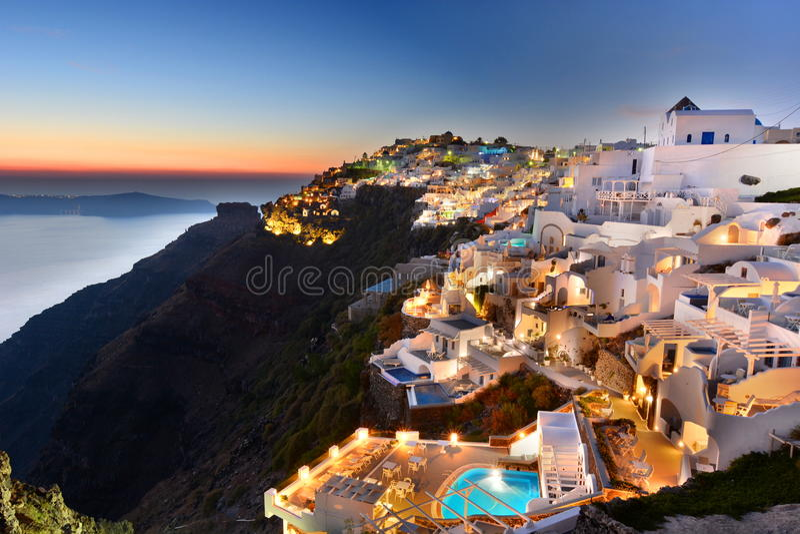 Luzes do início da noite em Oia Santorini, ilhas de Cyclades Greece fotos de stock royalty free