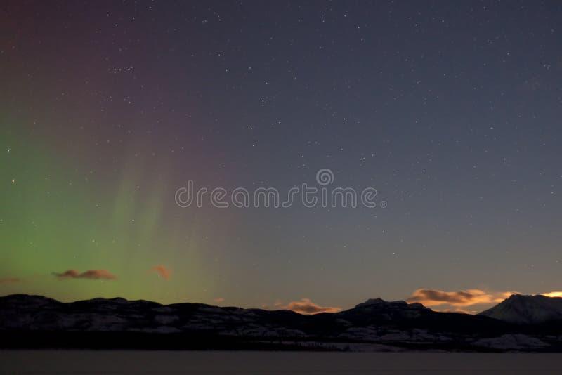 Luzes do norte (borealis da Aurora) e lua de aumentação fotos de stock