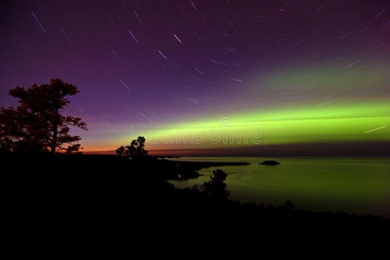 Luzes do norte e Startrails no por do sol imagens de stock royalty free