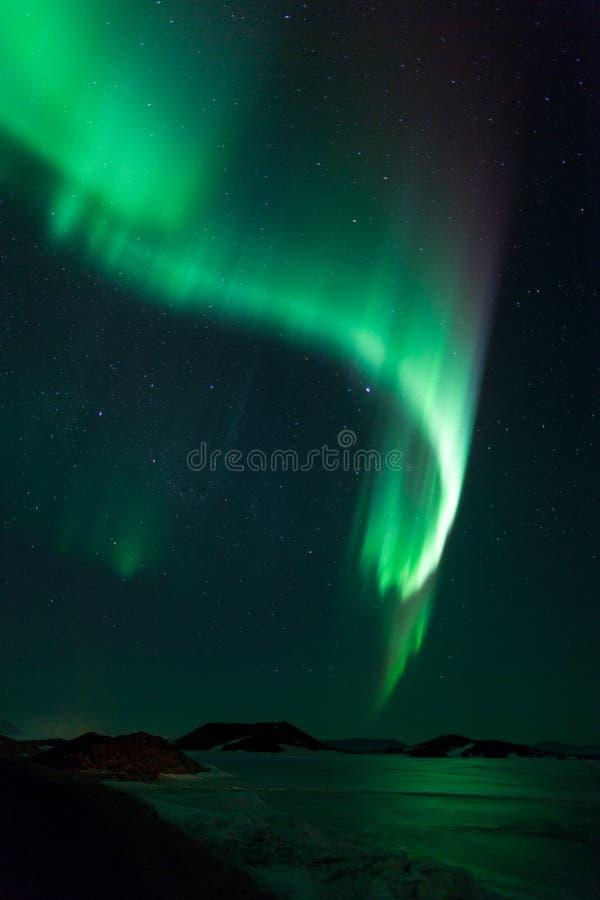 Luzes do norte sobre o lago congelado Myvatn em Islândia imagens de stock