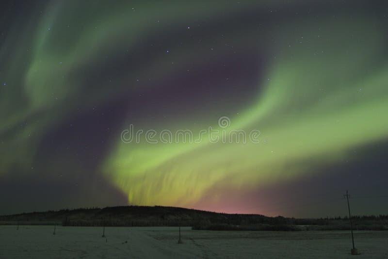 Luzes do norte sobre townlights imagem de stock