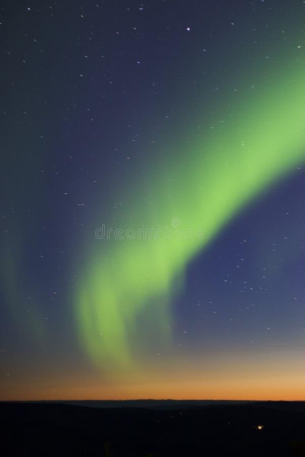 Luzes do norte sobre a zona crepuscular imagem de stock