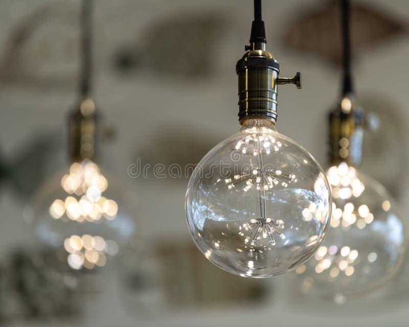 Luzes do pendente do diodo emissor de luz com as bolas de vidro redondas, soquetes de bronze, incandesc?ncia, pendurando do teto  foto de stock royalty free