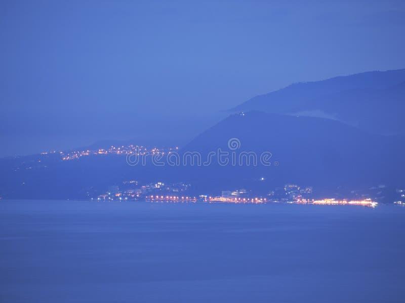 Luzes do sity da noite a custo do mar fotos de stock royalty free