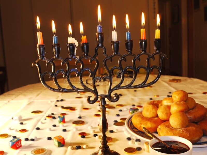Luzes e anéis de espuma de Hanuka imagem de stock