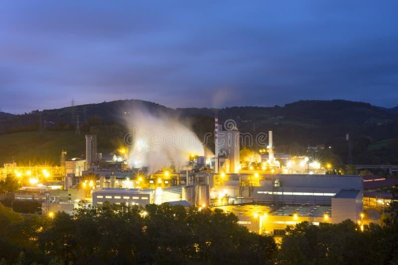 Luzes e fábrica na noite foto de stock royalty free