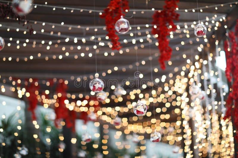Luzes e lanternas no casamento Bokeh Close up da luz da vela com fundo de Bokeh Anos novos felizes e celebração do Natal fotografia de stock