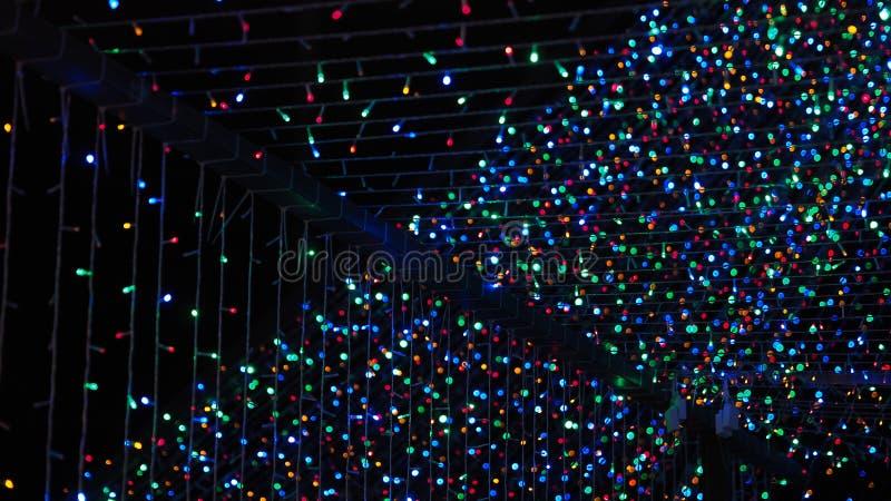 Luzes exteriores da árvore de Natal para o Xmas fotos de stock