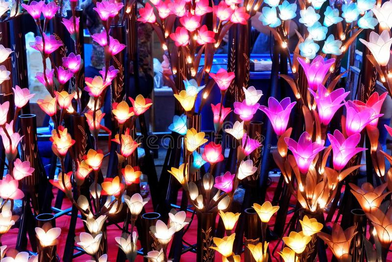 Luzes feitos a mão coloridas da flor do algodão fotografia de stock