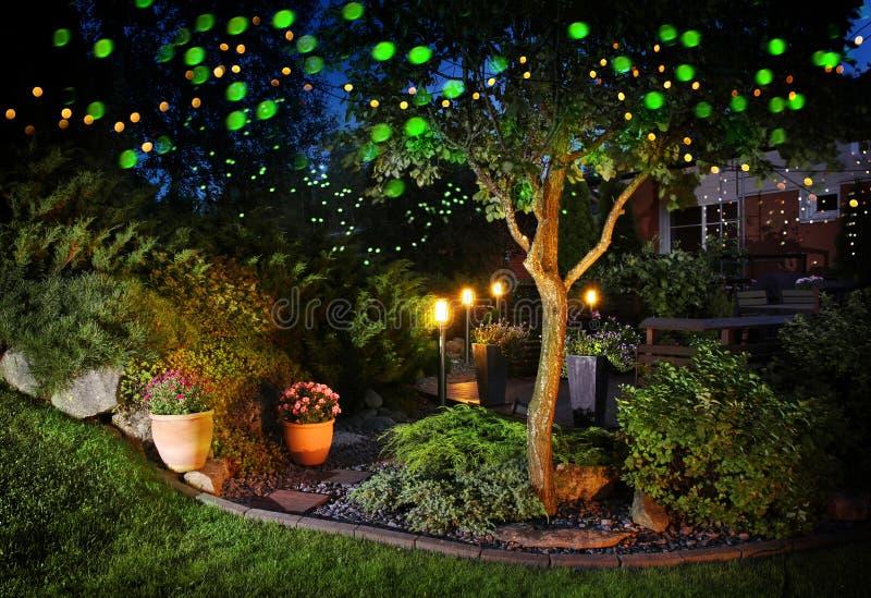 Luzes festivas da iluminação do jardim home fotografia de stock royalty free