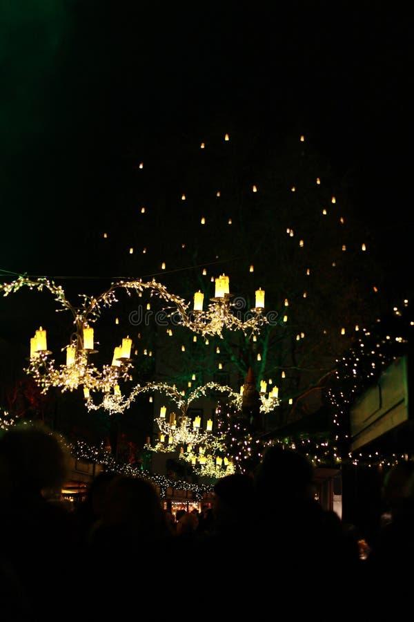 Luzes iluminadas acima das tendas do mercado da água de Colônia fotografia de stock