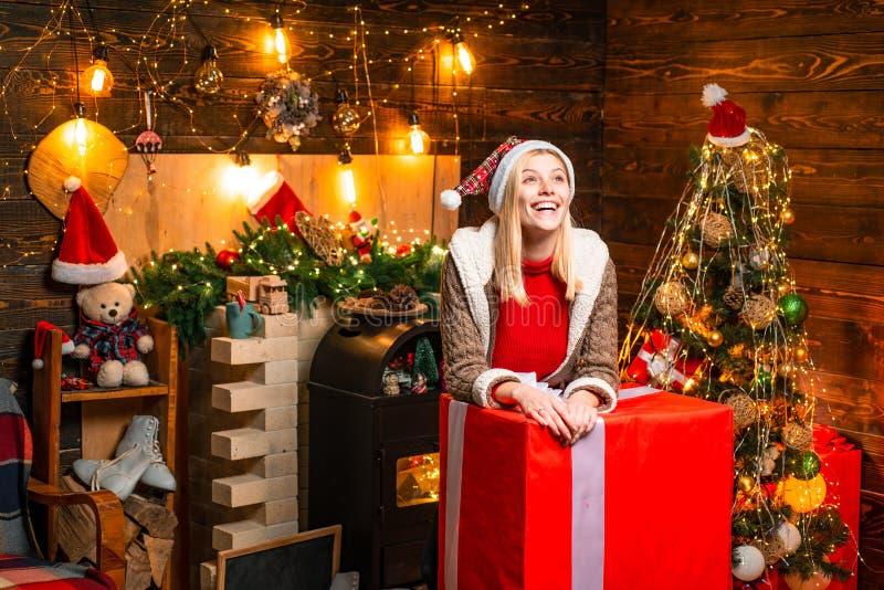 Luzes interiores de madeira da fest?o das decora??es do Natal da mulher ?rvore de Natal Momentos agrad?veis Enchido com a felicid fotos de stock