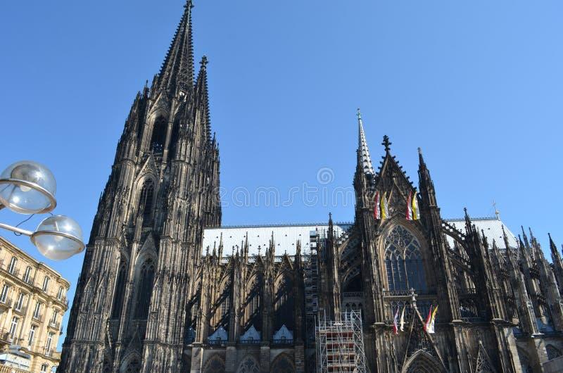 Luzes modernas na frente da catedral da água de Colônia fotos de stock
