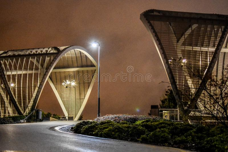 Luzes na ponte de Toledo, noite do centro da cidade do Madri, Espanha imagens de stock