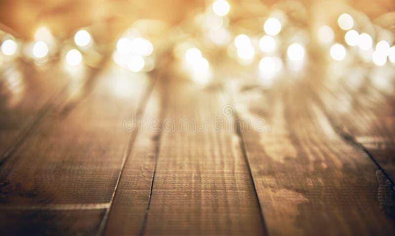 Luzes no fundo rústico de madeira imagem de stock