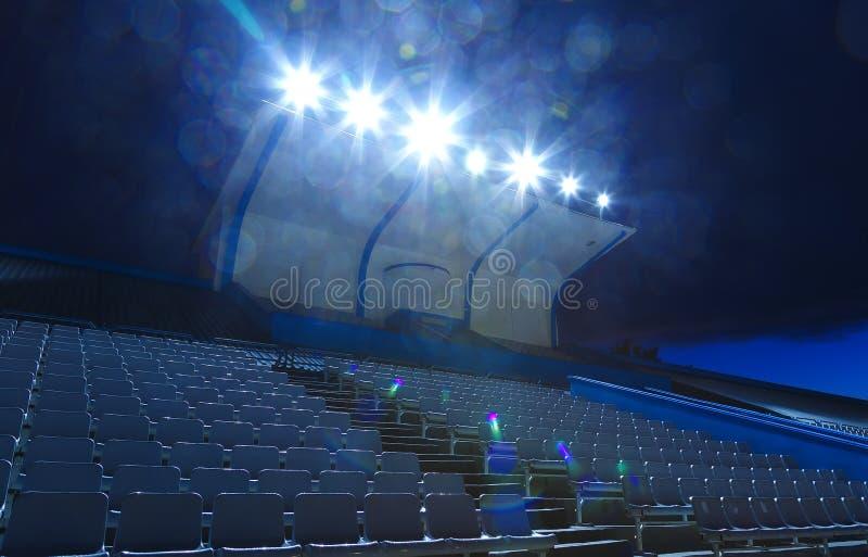 Luzes nos suportes com noite pequena do estádio das cadeiras, lugares vazios fotos de stock royalty free
