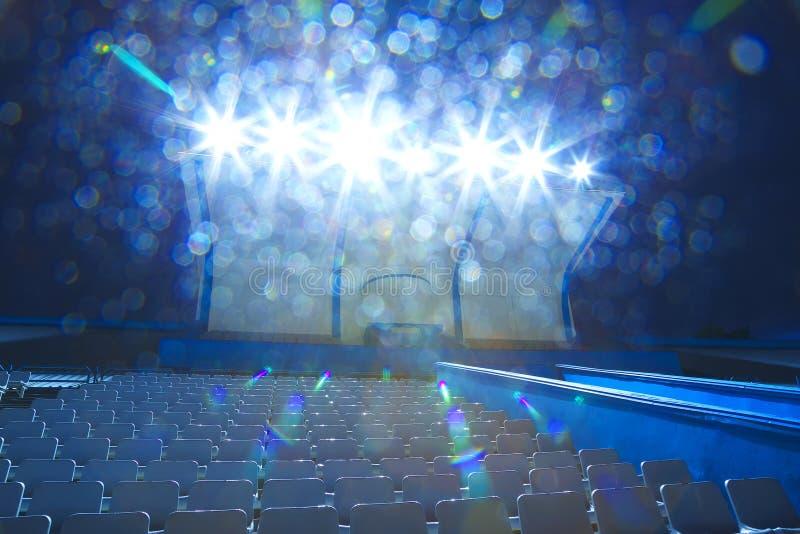Luzes nos suportes com noite pequena do estádio das cadeiras, lugares vazios fotografia de stock