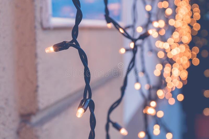 Luzes noturnas nas ruas da cidade na época de natal Fundo do livro fotos de stock