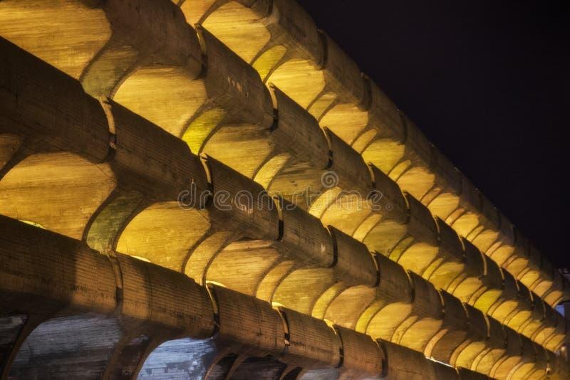 Luzes que incandescem de uma garagem de estacionamento na noite imagem de stock royalty free