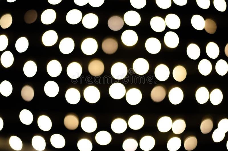 Luzes redondas do bokeh na noite de Natal no fundo imagens de stock royalty free