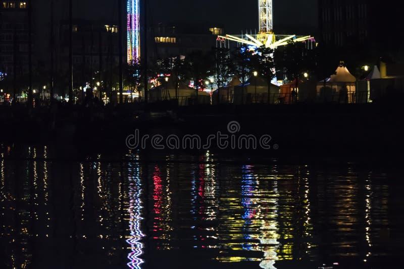 Luzes reflexivas da noite em uma superfície da água em Kiel Week Fest foto de stock