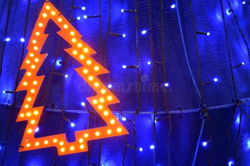Luzes retros sob a forma da árvore de Natal entre luzes de Natal fotos de stock