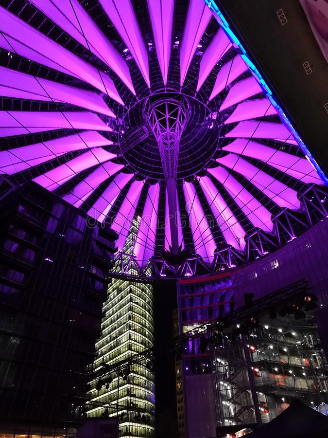 Luzes roxas do centro de Sony em Berlim foto de stock royalty free