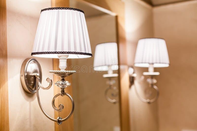 Luzes suaves e miror no banheiro imagens de stock royalty free