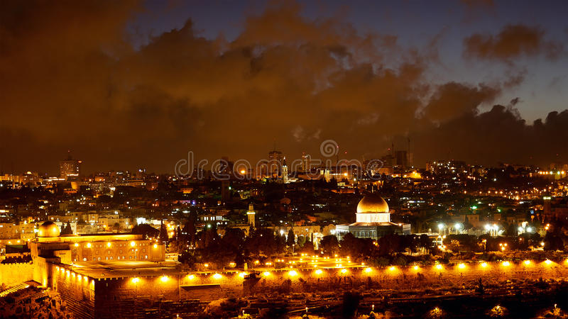 Luzes velhas da cidade do Jerusalém brilhante sobre Al Aqsa fotografia de stock