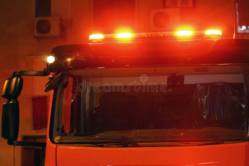 Luzes vermelhas sobre o carro da viatura de incêndio fotos de stock royalty free