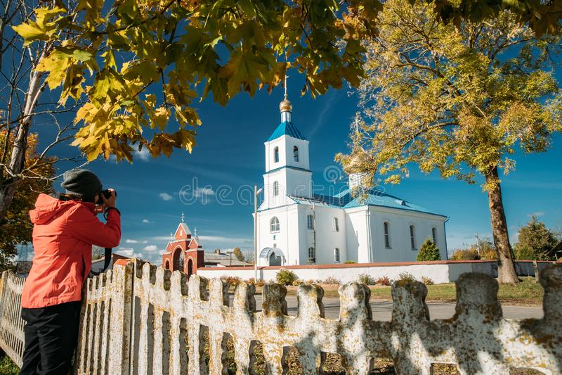 Luzhki, región de Vitebsk, Bielorrusia La mujer fotografió a Chu ortodoxo imagenes de archivo