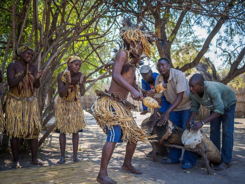 Luzibalule, Namibie - 13 août 2015 : Chaman et d'autres danse en musique traditionnelle, village traditionnel de Lizauli images stock