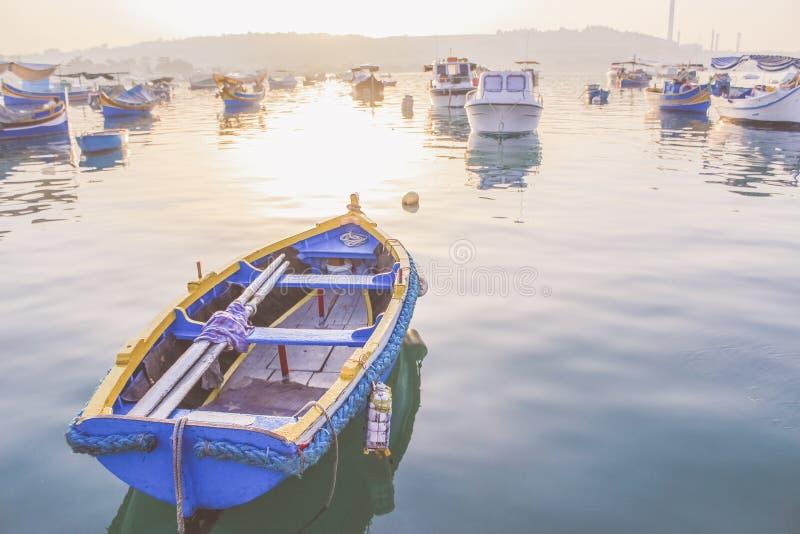 Luzzu, barche osservate maltesi tradizionali, baia di Marsaxlokk fotografie stock libere da diritti