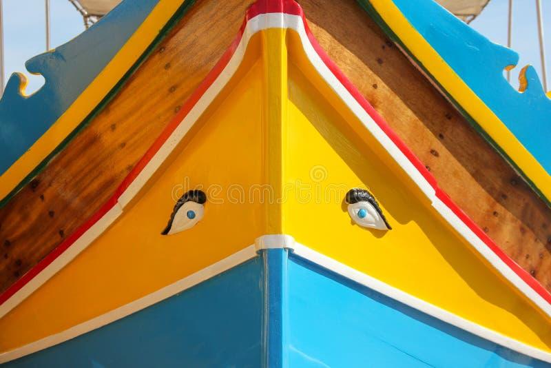 Luzzu eyed tradicional dos barcos na aldeia piscatória Marsaxlokk, Malta fotografia de stock