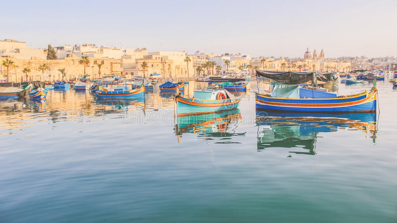 Luzzu, traditionelle maltesische gemusterte Boote, Marsaxlokk-Bucht stockfotografie