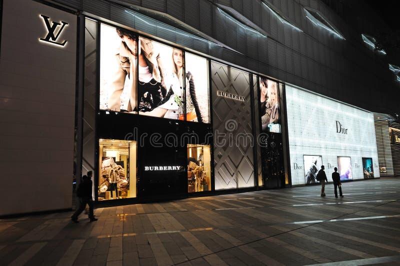 Lv, dior, boutique da forma do impermeável em Chengdu foto de stock