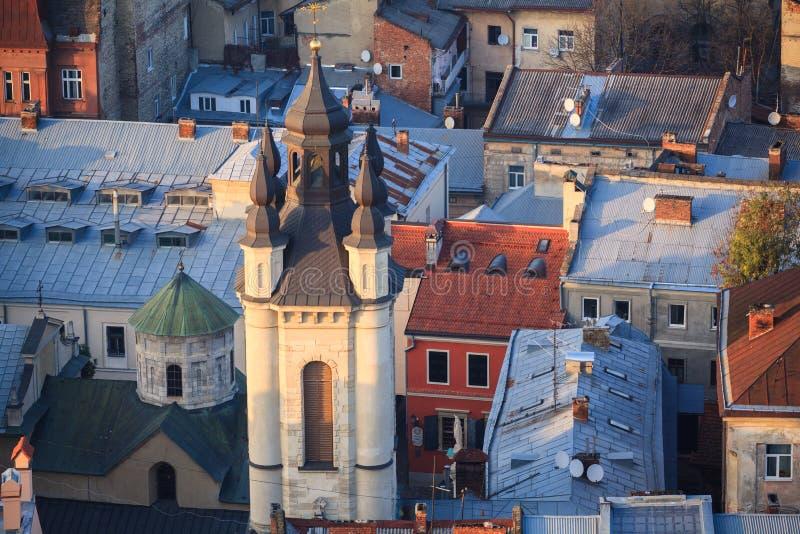 Lviv, άποψη πόλεων, ιστορικό κέντρο πόλεων, Ουκρανία Πύργος κουδουνιών της αρμενικής εκκλησίας Στέγες Lviv στοκ εικόνα με δικαίωμα ελεύθερης χρήσης