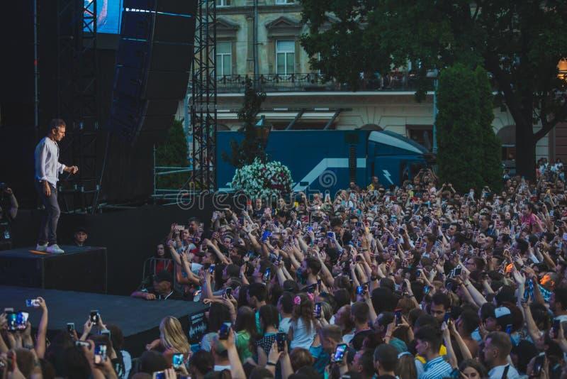 LVIV, ΟΥΚΡΑΝΊΑ - 18 Ιουνίου 2019: τραγουδιστής αστέρων της ροκ στο στάδιο μπροστά από το πλήθος στοκ φωτογραφία