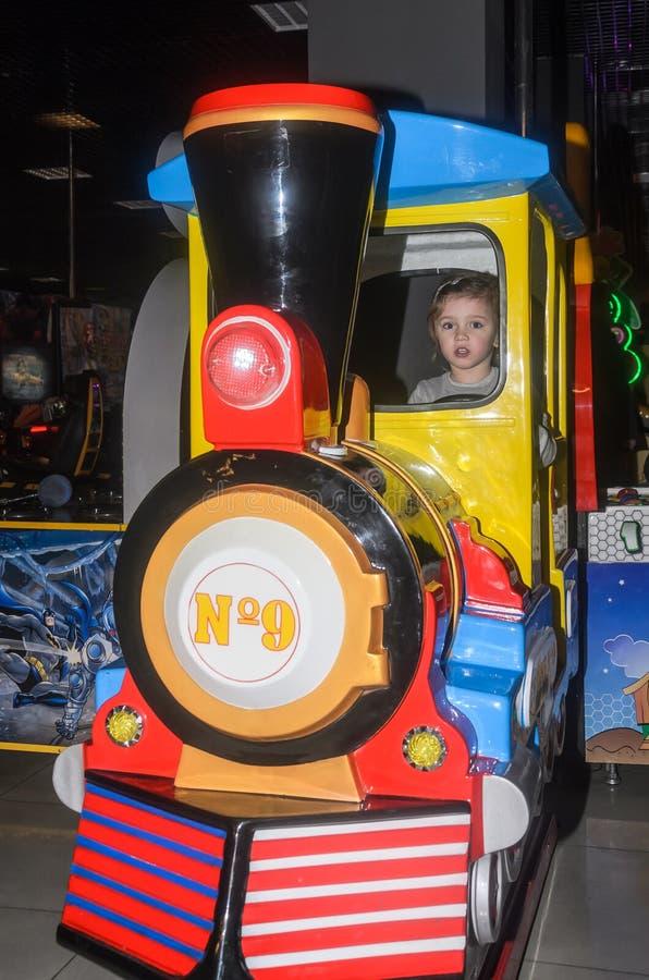 LVIV, ΟΥΚΡΑΝΊΑ - ΤΟΝ ΙΑΝΟΥΆΡΙΟ ΤΟΥ 2018: Λίγο γοητευτικό κορίτσι το παιδί πηγαίνει για έναν γύρο σε ένα λούνα παρκ στο ιπποδρόμιο στοκ εικόνες