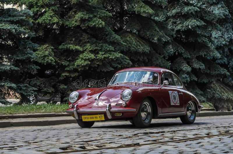 LVIV, ΟΥΚΡΑΝΊΑ - ΤΟΝ ΙΟΎΝΙΟ ΤΟΥ 2018: Παλαιοί εκλεκτής ποιότητας αναδρομικοί γύροι της Porsche αυτοκινήτων μέσω των οδών της πόλη στοκ φωτογραφία με δικαίωμα ελεύθερης χρήσης