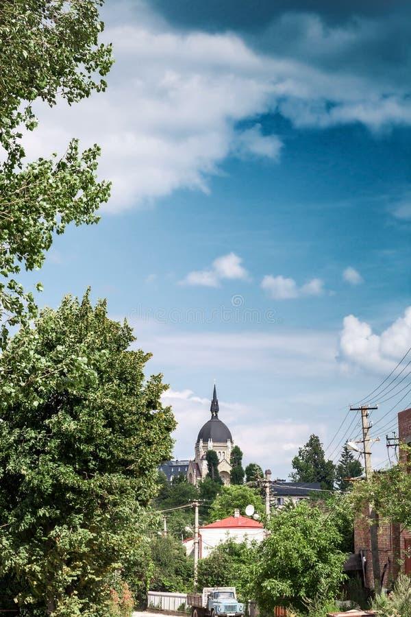 Lviv cityscape och kristen kyrka av uppstigningen av lorden arkivbild