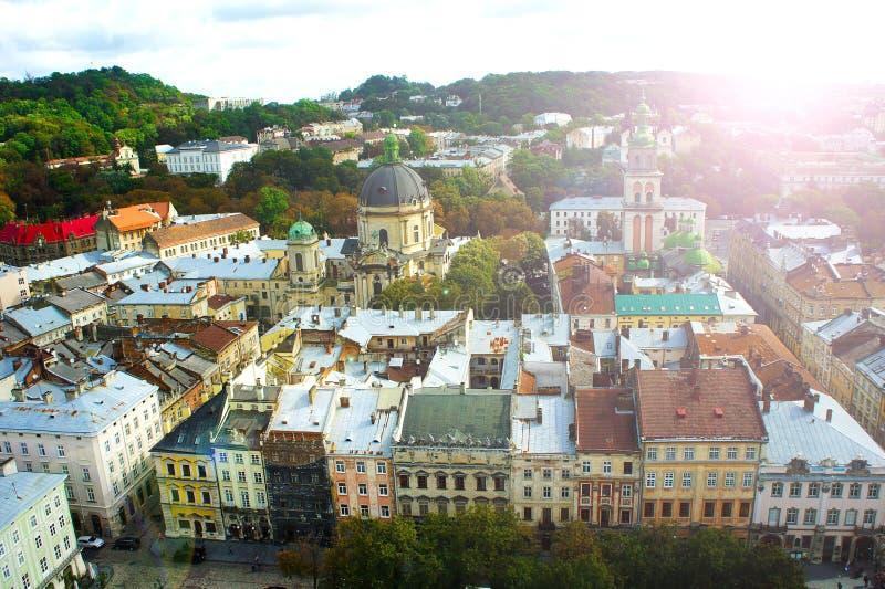 Lviv da opinião anoramic da altura da cidade de Lviv da altura da câmara municipal de Lviv, Ucrânia Fundo da cidade Arquitetura B imagens de stock royalty free