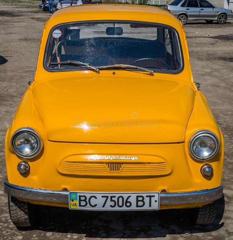 LVIV, DE OEKRAÏNE - APRIL, 2016: Het oude uitstekende kleine automerk Zaporozhets ZAZ geel op de retro auto toont royalty-vrije stock fotografie