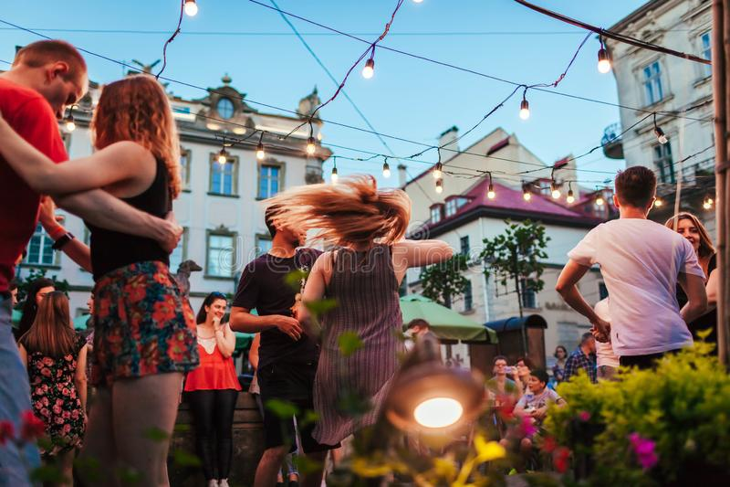 Lviv, de Oekraïne - Augustus 4, 2018 Mensen het dansen salsa en bachata in openluchtkoffie in Lviv stock afbeeldingen