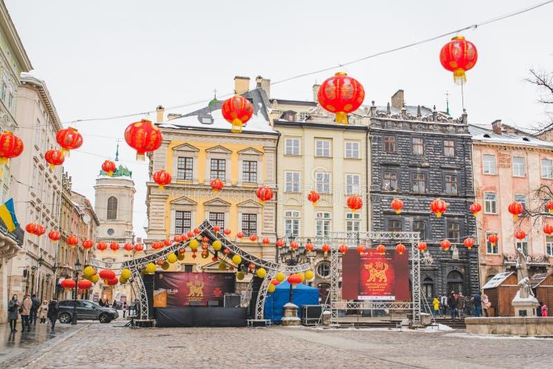 LVIV, de OEKRAÏNE - Februari 16, 2018: de Chinese nieuwe lichten van de jaardecoratie bij Europese stadsstraten royalty-vrije stock foto's