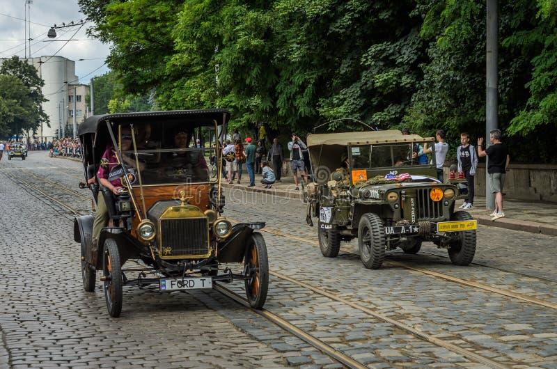 LVIV, DE OEKRAÏNE - JUNI 2018: De oude uitstekende retro auto Ford T en de legerjeep Willys drijven door de straten van de stad stock foto
