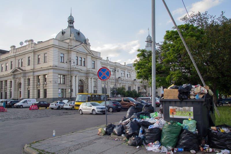 Lviv, de Oekraïne - Juni 98, 2017: Stapel van niet gereinigd huisvuil op het vierkant royalty-vrije stock fotografie