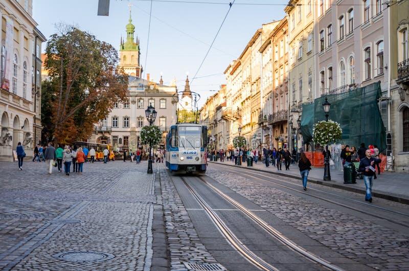 Lviv, de Oekraïne - September 2015: Centraal Vierkant dichtbij Stadhuis op Lviv-Marktvierkant waarbij de tramritten en de lopende stock afbeeldingen