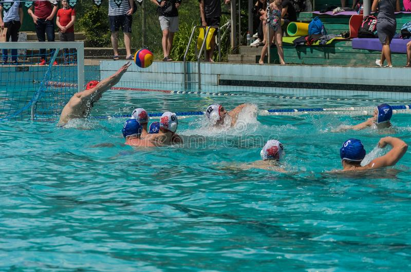 LVIV, DE OEKRA?NE - JUNI, 2019: Atleten in het polo van het pool speelwater royalty-vrije stock afbeelding